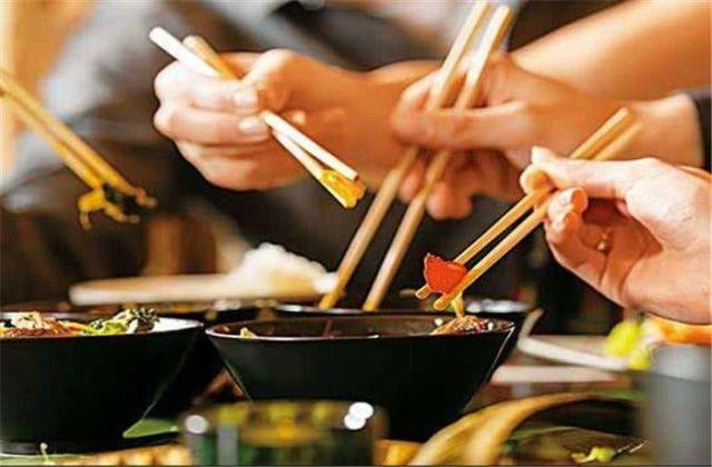 """老外:为啥中国人吃大米不用勺子?中国吃货:""""万物皆可用筷子"""""""